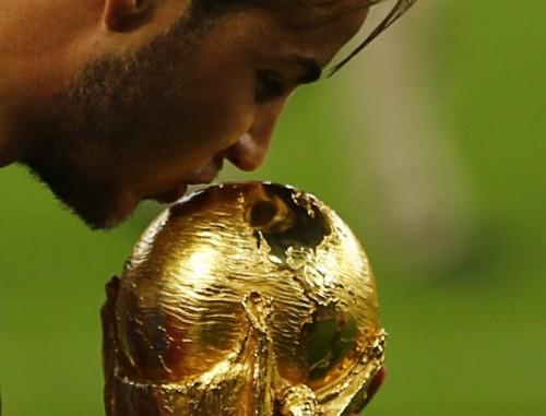 Сборная Германии так праздновала победу на ЧМ-2014, что повредила свой трофей