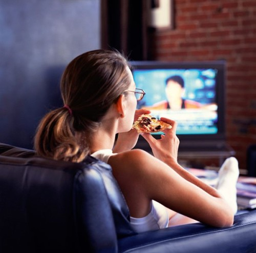 Скучные передачи и фильмы провоцируют ожирение