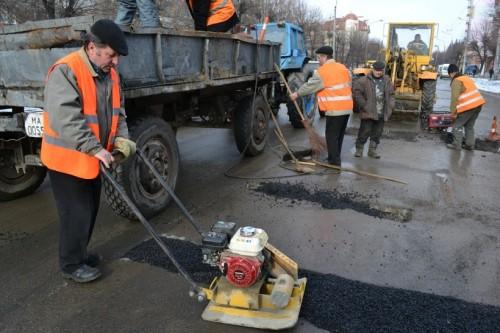 Медведев : Убирать улицы и ремонтировать дороги будет российская техника