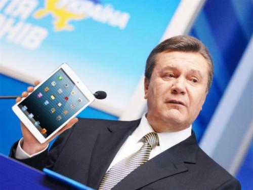 Янукович присутствовал на похоронах сына в Севастополе
